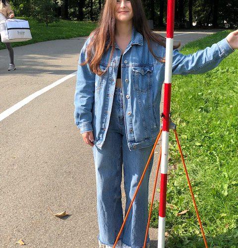 Młodzi adepci sztuki geodezyjnej w Parku Sybiraków. Autor: Jerzy Moskal